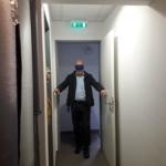 Bekötött szemmel egy keskeny folyosón