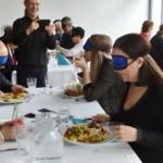 Bekötött szemmel ebédelnek a meghívottak fehér abroszon.