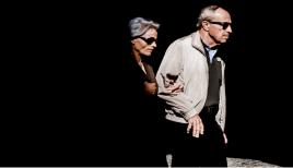 Két vak ember egymász karonfogva sétál