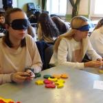 Bekötött szemű gimnazisták azonos párokat keresnek a Kilását szemléletformáló programján.