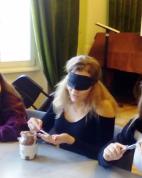 Egy gimnazista Nutellát eszik bekötött szemmel