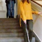 Gimnazisták bekötött szemmel fehér bottal lépcsőznek, korlátot fogva.