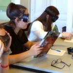 Gimnazisták csökkent látás szimulátorral próbálnak olvasni.
