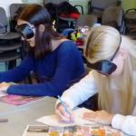Gimnazisták csökkent látás szimulátorral próbálnak rajzolni.